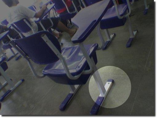 Cadeira Pregada No Chão