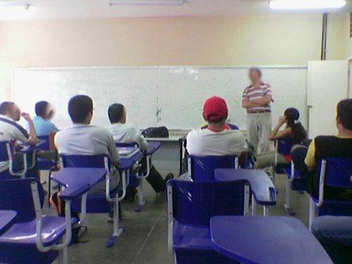 Sala de aula professor cadeiras lousa branca