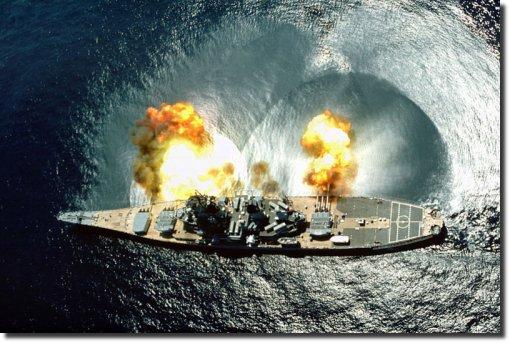 O couraçado norte-americano USS Iowa dispara um obus.