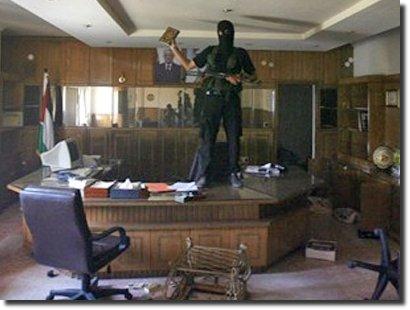 Militante do Hamas segura o Alcorão no escritorio de autoridade palestina