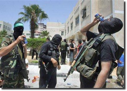 Militantes do Hamas bebem energéticos depois da tomada de Gaza
