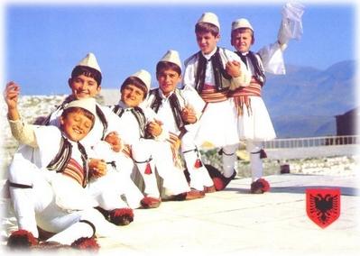 Crianças em trajes típicos da Albânia