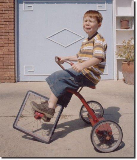 Roda quadrada bicicleta menino chorando vermelho foto engraçada