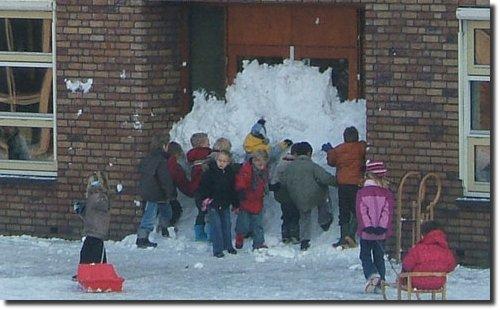 Stop Scholl crianças entopem a porta da escola usando neve