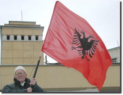 Velhinho segurando a bandeira da albânia albania flag
