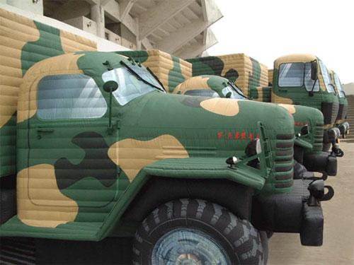 Caminhão militar inflável