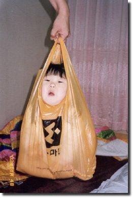 Bebe japonês dentro de um saco plástico