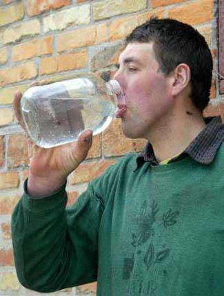 Leonid Stadnyk bebendo água