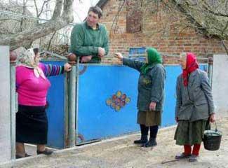 Leonid Stadnyk e suas vizinhas