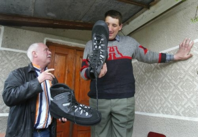 Leonid Stadnyk olha os sapatos