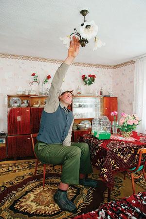 Leonid Stadnyk trocando lâmpadas