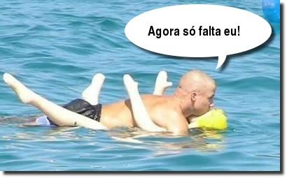 Ronaldo Fenômeno no mar com uma boneca inflável.