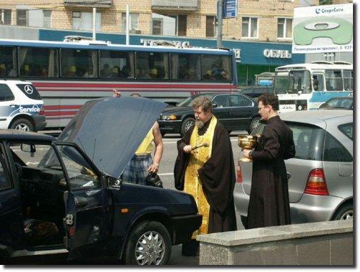 Padre benzendo carro