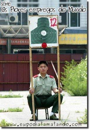 Soldado sentado segurando alvo
