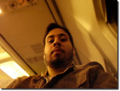 Eu dentro do avião na viagem de ida