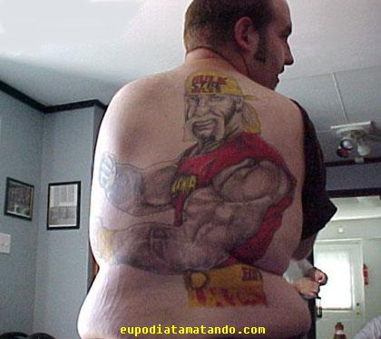 Hulk Hogan tatuado nas costas do gordinho