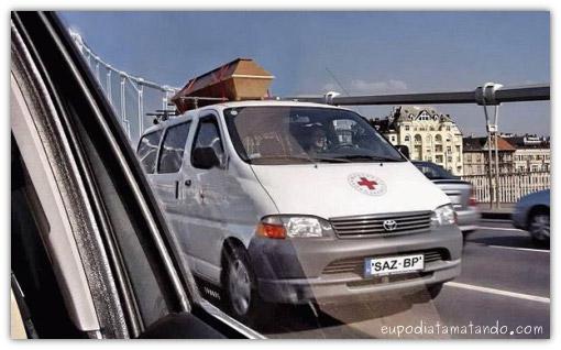 Ambulância com caixão