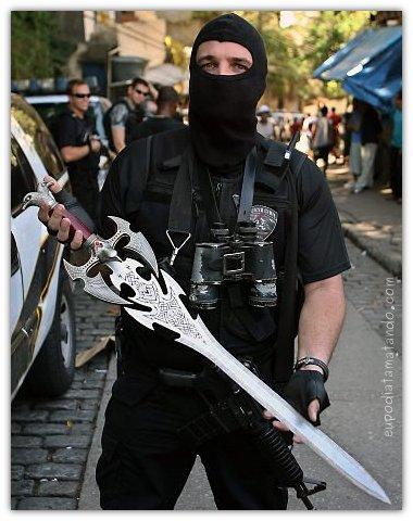 Policial apreende espada