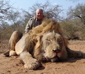 Caçador com leão